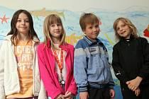 Na ZŠ Dr. Edvarda Beneše v Čakovicích – žáci 2 třídy, zleva Lina, Maruška, Denis a Albert.