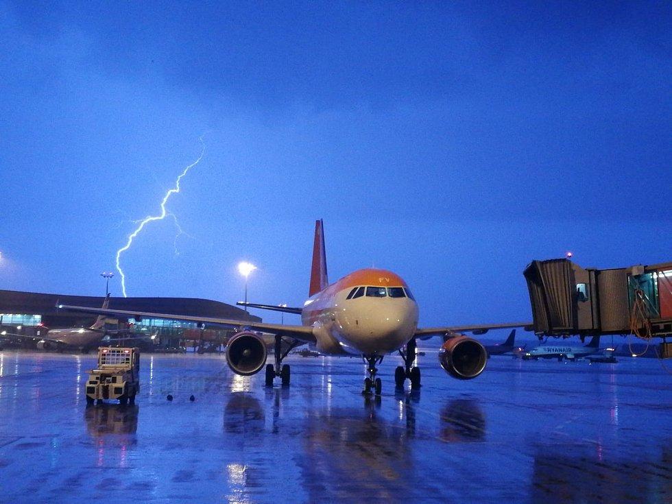 Čtvrteční bouřka omezila provoz na Letišti Václava Havla Praha.