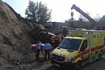 Na skládce se převrátil nákladní automobil, řidiče vyprošťovali hasiči.