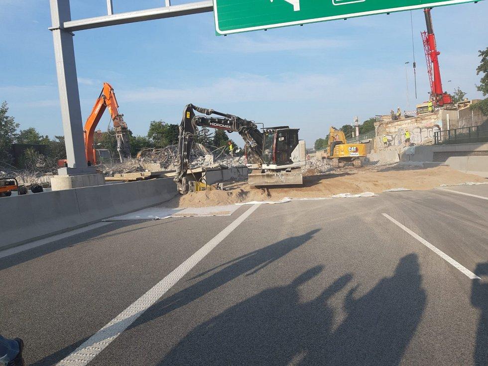 Nosná konstrukce ve směru do Prahy je kompletně zdemolována a probíhá poslední odklízení betonu s výztuží.