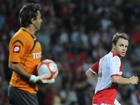Slavia letos zůstala před branami LM. Sébastien Frey (vlevo) byl rozhodně tím méně vytíženým brankářem. Vpravo odbíhá Zdeněk Šenkeřík.