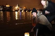 Zakoupením a následně vypuštěním vodního lampionu štěstí na hladinu Vltavy v rámci projektu Řeka štěstí, se symbolicky podpoří děti z dětských domovů v Krompachu, Písku, Dolních Počernicích, Klánovicích a Korkyni.