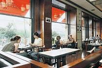 Ráno je větší šance najít volné místo ve slavné kavárně – místa u okna s výhledem na pražské skvosty bývají obsazena nejdříve.