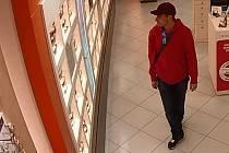 Muž podezřelý z krádeže slunečních brýlí.