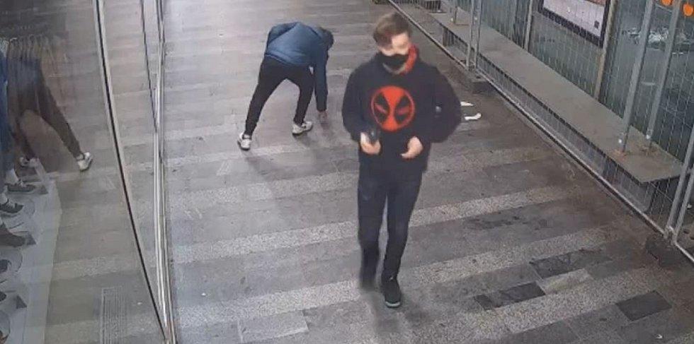 Policie pátrá po muži, který je podezřelý z dvou loupeží. Hledá i svědka, na kterém vyžebral peníze.