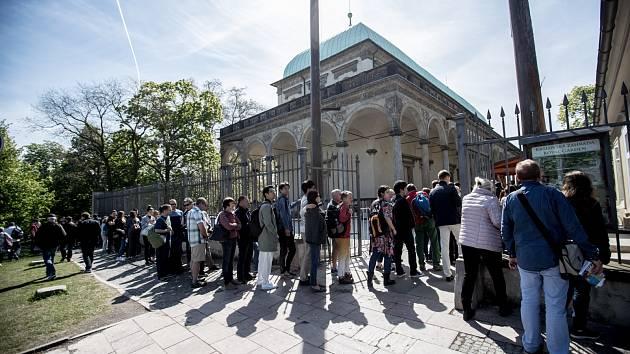 Fronty turistů před Pražským hradem dopoledne 3. května. Na snímku vstup přes Královskou zahradu.