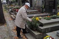 """Tichá vzpomínka na zesnulé je v těchto """"dušičkových"""" dnech spojena s nepoměrně větší frekvencí návštěvnosti na pražských hřbitovech. To se odráží na cenách za květinovou výzdobu, možnosti parkování a také rizikem možné kriminality."""
