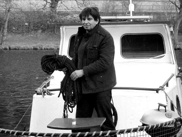 Milan Macek na svém remorkéru. Na Vltavě ji používá jako pracovní loď, obytnou má ale trvale ukotvenou. Nutná péče o obě lodě prý vyžaduje velkou časovou oběť. Odměna je pak aspoň relaxační projížďka.