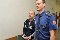 Čtyřikrát vystřelil z nelegálně držené pistole ráže 6,35 mm a třináctkrát bodl nožem. Takový byl podle obžaloby útok, ze kterého se 46letý Jiří Werner zpovídal před Krajským soudem v Praze.