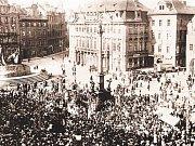 Srocení lidu před Mariánským sloupem na Staroměstském náměstí v Praze. Dobový snímek z roku 1918, kdy se v převratném roce českých dějin rozhodovalo o rychlém konci architektonického skvostu.