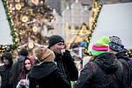 Lidé pijí horké nápoje na vánočním trhu na Staroměstském náměstí v Praze 11. prosince.