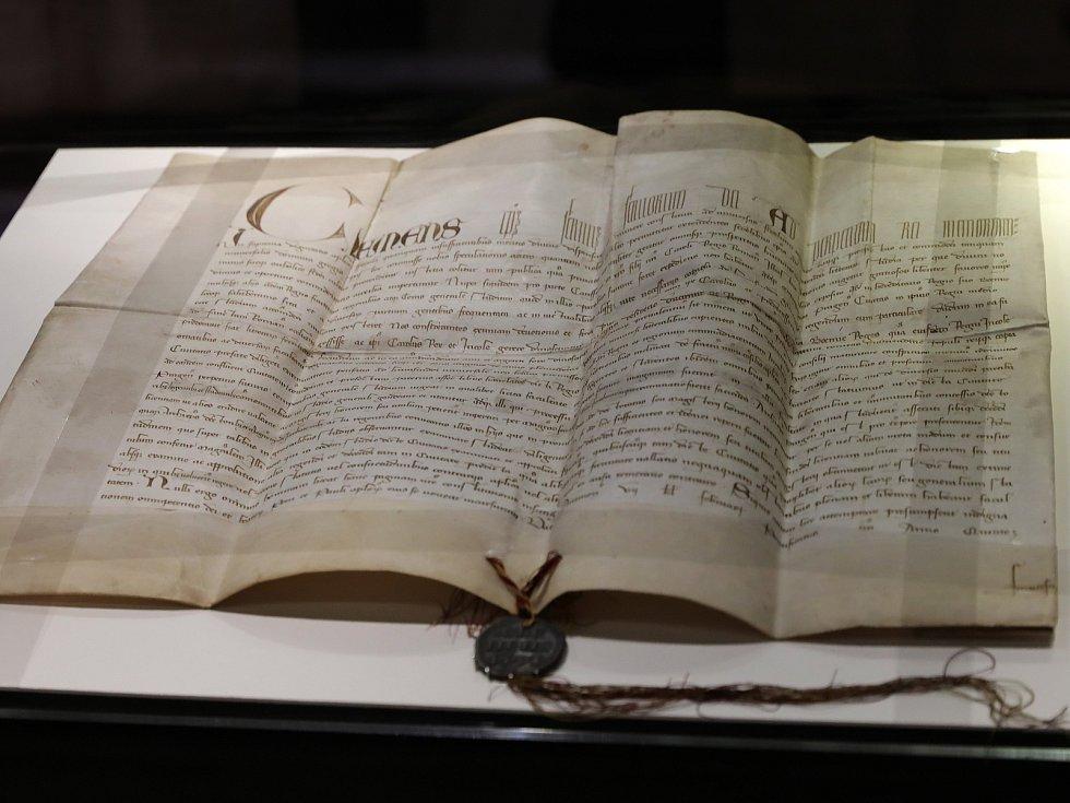 Výstava Insignií Univerzity Karlovy v Karolinu. Na snímku Papežská listina z 26. ledna 1347.