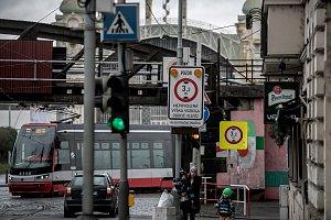Speciální zařízení proti strženým trolejím v Praze