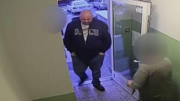 Policie hledá muže, který pronajal cizí byt.