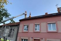 Více než sedm hodin vyjednávali policisté s mužem, který v pražských Malešicích odmítal opustit střechu rodinného domu.