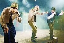 NETRADIČNÍ SHAKESPEARE. K nejpodařenějším a nejvtipnějším miniinscenacím patří ztvárnění Othella v duchu rapové písně.