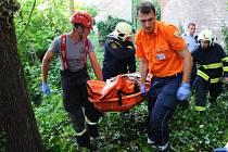 Na Hradě se při pádu vážně zranila seniorka.