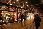 Vydrželi jen rok. Známá italská módní značka Sasch vydržela v dolní odbavovací hale pouze jednu sezónu. Češi na hlavním nádraží dávají přednost spíše občerstvení nebo utrácejí za drobné nákupy, třeba v květinářství.
