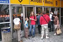 UZAVŘENÝ ANDĚL. V pondělí byla stanice metra uzavřena až do čtvrt na osm.