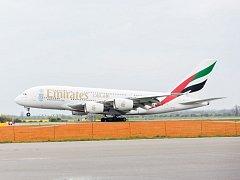 Obří Airbus A380 přistál v neděli 1. května 2016 na letišti Václava Havla v Praze. Největší osobní dopravní letadlo na světě začalo denně létat do Prahy na pravidelné lince aerolinií Emirates ze Spojených arabských emirátů.