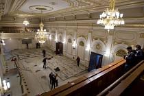 Dělníci odklízeli lavice z hlavního jednacího sálu pražské Poslanecké sněmovny, který prochází rekonstrukcí za 1,3 milionu korun. Řemeslníci opraví podlahy, položí nový koberec a vymalují.