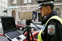 Strážník městské policie při měření rychlosti v pražské Slezské ulici.