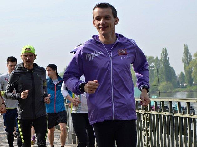 Z Prahy do Hodonína běží Jiří Gruntorád a v kapse má poslední kousek čokolády. Po 700 kilometrech běhu ho předá v rámci projektu Poslední kousek svému bratrovi.