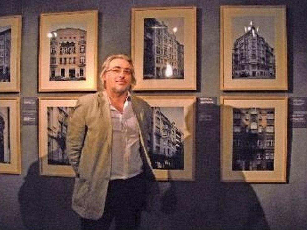 Výstavu Sedm cest uspořádal Dušan Seidl ke 120. výročí postavení Městské spořitelny pražské. Všechny budovy pro ni byly nově nafoceny.