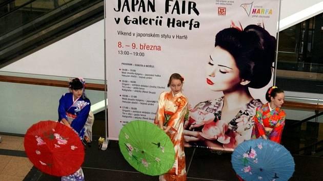 """Víkendový festival japonské kultury přilákal do obchodního centra Galerie Harfa v Praze řadu návštěvníků a zájemců o historii """"země vycházejícího slunce""""."""