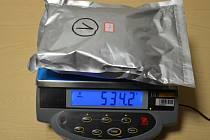 Úlovek ruzyňských celníků: zásilka anabolických steroidů z Hongkongu obsahovala nedovolená anabolika.