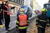 Rozsáhlejší únik plynu z poškozeného potrubí v Plzeňské ulici v Praze 5.
