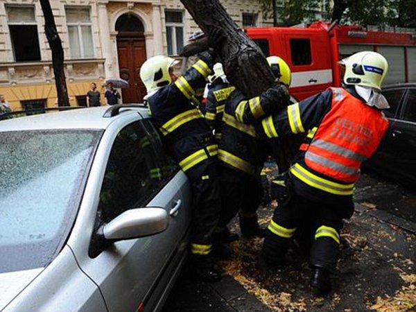 Spadlá větev poničila parkující auto.