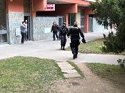 Zásah proti muži, který hrozil výbušninou, v Kobylisích