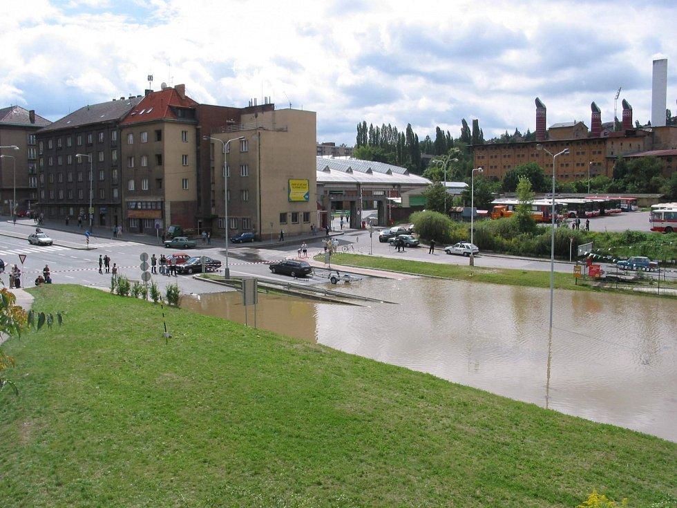 Povodně z roku 2002 v Praze. Lidé sledují stoupající vodní hladinu na Podbabě.