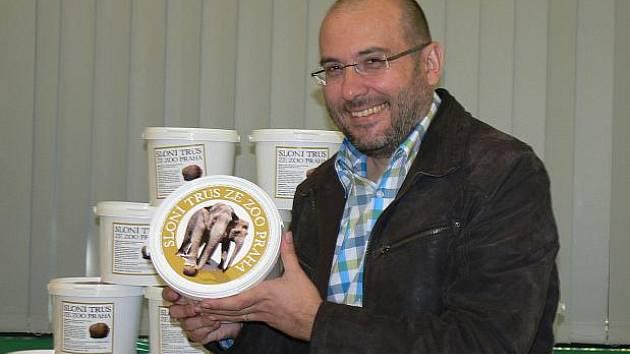 Ředitel pražské zoo Miroslav Bobek ukazuje jednu dávku sloního trusu, kterou zoo prodává od 23. dubna za 70 korun.