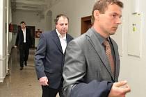 Pětiletý trest vězení pro Eduarda Horáka (vyšší a více vlasů) a o rok mírnější pro jeho komplice Tomáše Hrušku, vyměřené v květnu nymburským soudem, potvrdil v úterý odvolací senát Krajského soudu v Praze.