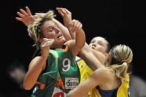 BRNO MÁ NAKROČENO K TITULU. Basketbalistky USK Praha (ve světlejších dresech) prohrály s Brnem i druhý zápas finálové série, tentokrát na soupeře nestačily na domácí palubovce.