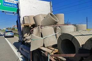 Pražský okruh zablokovala nehoda, při níž se z kamionu vysypal betonový náklad a zranili se dva motorkáři.