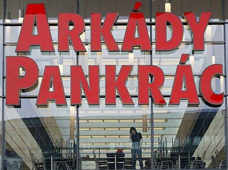 Ve čtvrtek 13. listopadu, den před slavnostním otevřením, se v obchodech nového nákupního centra Arkády na pražské Pankráci poslední úpravy.