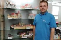 Michal Švec tvoří a vystavuje papírové modely hradů a zámků.