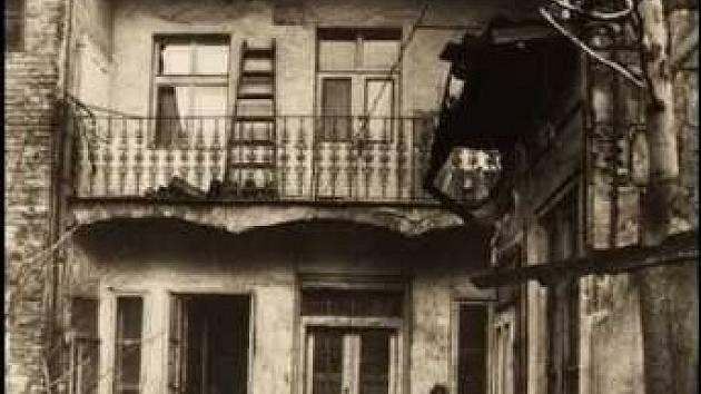 Dům na Hrázi – Dům na Hrázi byl postaven v roce 1888 a bydlel tady mimo jiné také spisovatel Bohumil Hrabal. V roce 1988 byl zbořen v souvislosti s výstavbou metra.