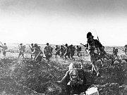 První světová – Zatímco československých legionářů bylo za první světové války přibližně 90 tisíc a padlo 5,5 tisíc, v císařské armádě sloužilo kolem 1,4 milionů Čechoslováků a padlo jich 140 tisíc.