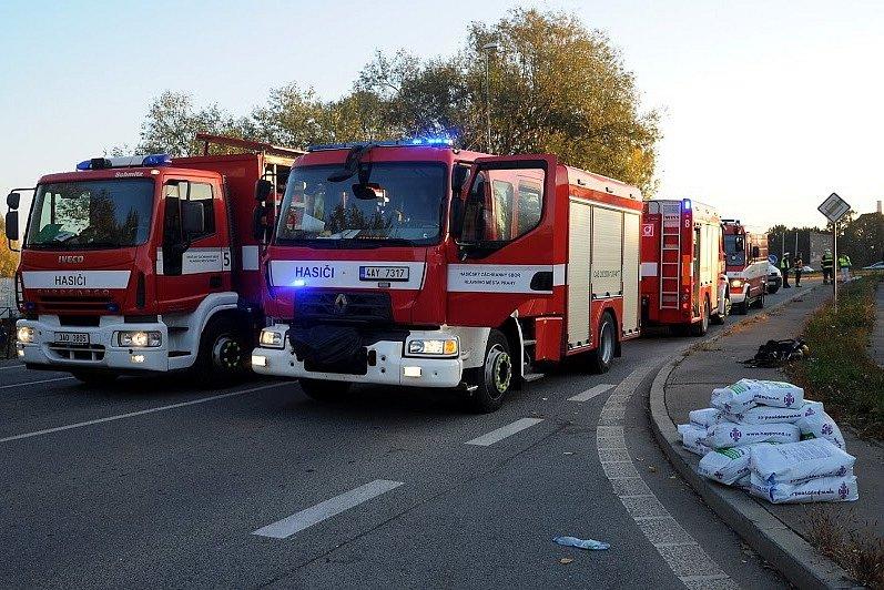 Hasiči zasahovali u vyteklého výživového koncentrátu na Strakonické ulici v Lahovicích,