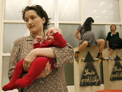 """Multimediální výstava Umění porodit, která byla zahájena 7. května ve Veletržním paláci. Koncepci navrhla Nadia Rovderová a zorganizovalo Hnutí za aktivní mateřství v rámci světového týdne """"Respekt k porodu""""."""