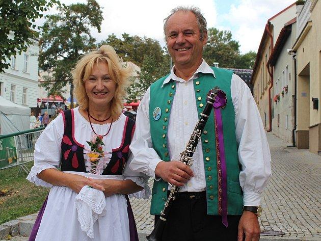 Kapelník Krajanky Václav Hlaváček se zpěvačkou a manželkou Brigitou.