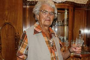 Tak šel čas. Pětaosmdesátiletá Marie se může jako jedna z mála pamětníků pochlubit nejen fotkou ze svého produktivního života, ale i z raného dětství.