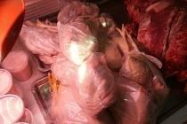 Nelegální prodej masa v pražské tržnici Sapa.