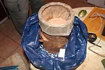Policisté zajistili více než sto kilogramů výbušnin, přes tisíc rozbušek, l50 kilogramů suroviny pro výrobu výbušnin i další desítky kilogramů jiných chemikálií včetně prudkých jedů