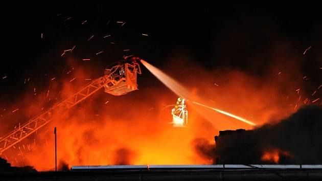 Požár dvou hal ve Vinoři.