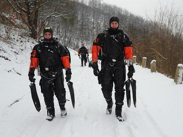 Hasiči trénovali práci na ledě i pod ním